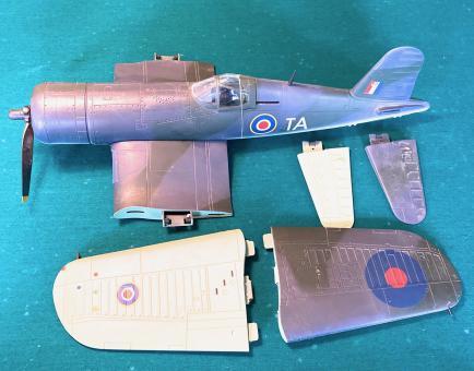 1:18 WWII RAF Warbirds Konvolut Spitfire und Corsair1